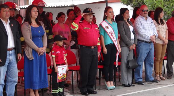 Un niño ibarreño fue nombrado 'bombero honorífico'