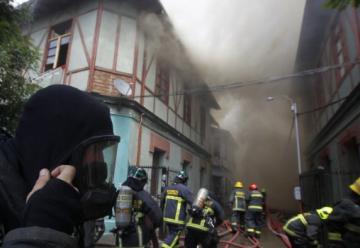 Un bombero en estado grave deja incendio en Santiago Centro