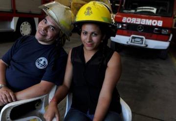 Emotivo reencuentro entre una chica y el bombero que la salvó