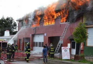 Bombero fallece en incendio de cuartel de bomberos de Puerto Natales