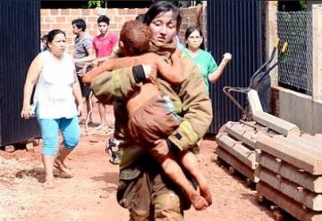 Niño de tres años cae a pozo de 14 metros y bomberos lo salvan