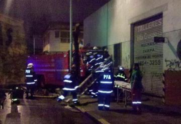 Un automóvil colisiona contra unidad de bomberos
