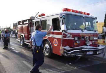 Camión de bomberos se queda sin frenos y ocasiona un choque multiple