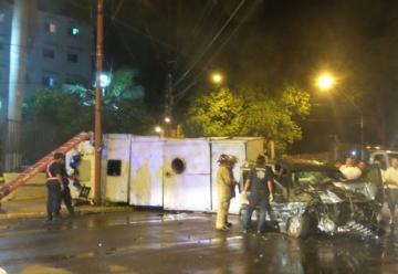 Un camión de bomberos de la Policía Nacional volco cuando acudía a una emergencia
