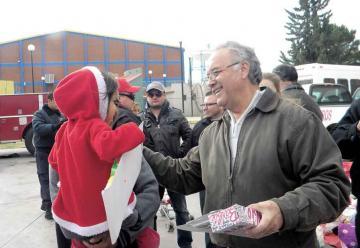 Entrega Bomberos regalos a cientos de niños en navidad