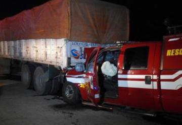 Choca una camioneta de los Bomberos Voluntarios de Trenque Lauquen y un camión