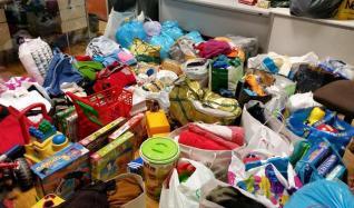 Policías y bomberos reúnen comida y juguetes para familias sin recursos