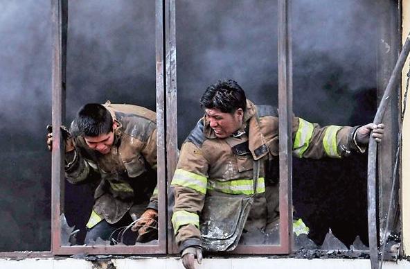 Bomberos combatió el incendio de depósito con baldes de agua