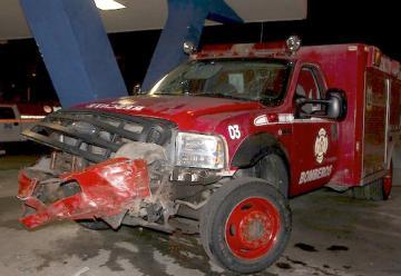 Una camioneta impacta contra un camion de bomberos