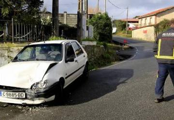 Accidente entre un turismo y un coche de bomberos en Mugardos