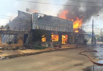 Incendio deja cuatro bomberos lesionados en Gorbea