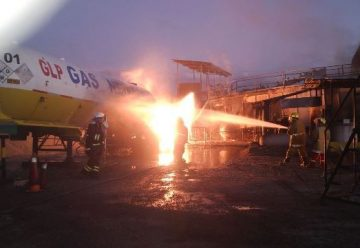 Voraz incendio en una planta de concreto