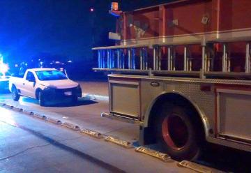 Una persona ebria choca contra una maquina de bomberos