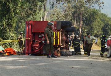 Dos bomberos mueren tras volcar carro cuando viajaban a incendio forestal