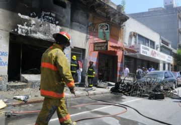 Incendio consume un comercio en el Centro