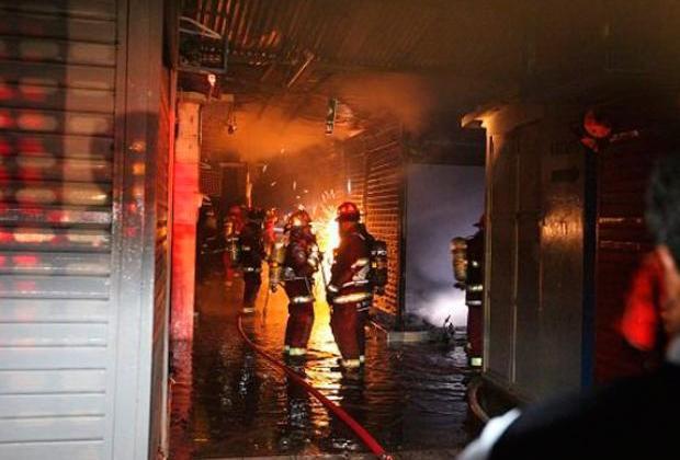 Surco: incendio arrasa con diez puestos de venta en mercado