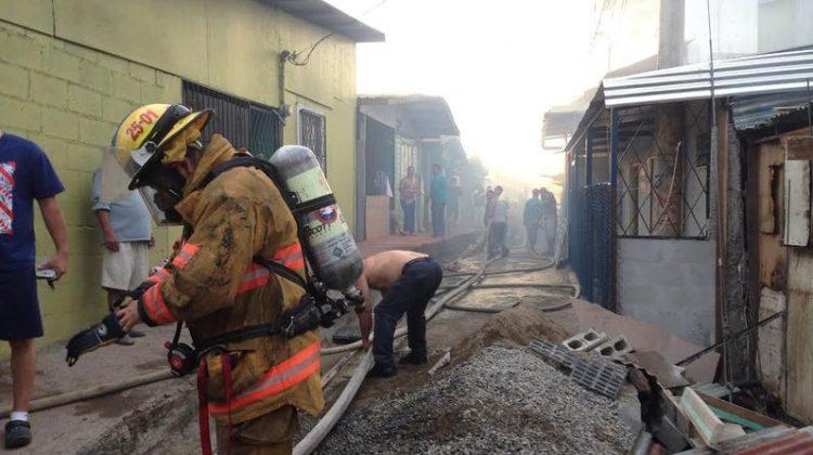 Ocho viviendas destruidas tras incendio en Bajos del Virilla