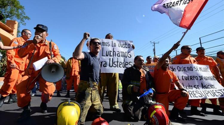 Bomberos marchan para exigir $20 millones más de presupuesto