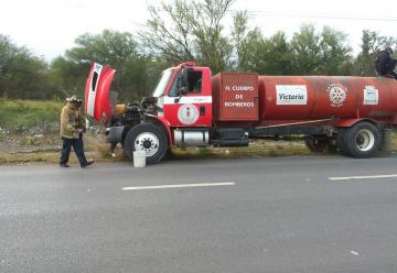 'Bomba' deja tirado a camión de bomberos