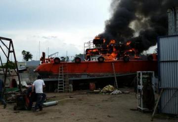 Un barco incendiado en el Puerto del Buceo