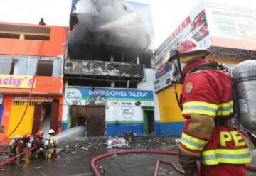 Incendio destruye almacén de pinturas en Comas