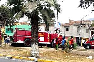 Bomberos chocaron contra un árbol en Comas