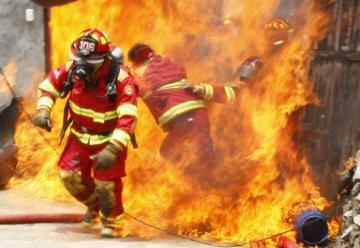 Bomberos resultaron heridos intentando sofocar gran incendio en fábrica de pinturas