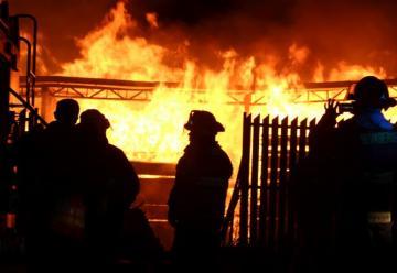 Dos bomberos lesionados tras incendio en deshidratadora de frutos