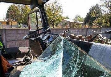 Un carro de Bomberos quedó dañado tras recibir descarga de agua de avión cisterna en Ercilla