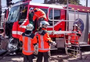 Carro de bomberos chocan al dirigirse a un incendio