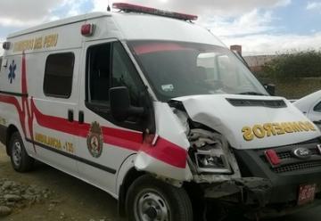 Taxi provoca choque con ambulancia de bomberos