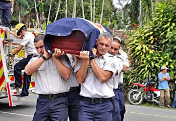 Caravana y extintora dan adiós a bombero