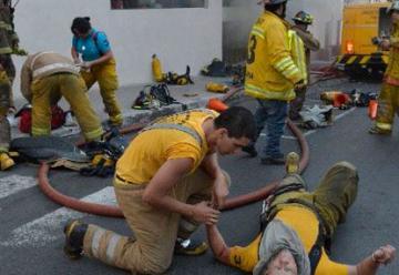 Incendio y explosión en microcentro de Asunción deja seis bomberos heridos