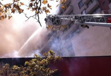 Un bombero lesionado tras voraz incendio que afectó a dos restaurantes