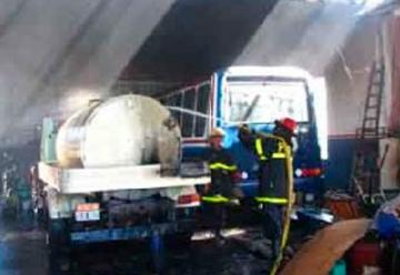 Incendio destruyó el galpón de una empresa de Bus