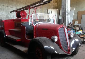 Un coche de bomberos de 1927, en un taller por el impago del arreglo