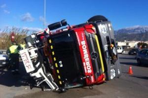 Un camión de Bomberos vuelca en la rotonda de acceso a Vélez
