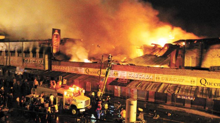 Incendio consumió gran parte del Mercado Campesino en Tarija