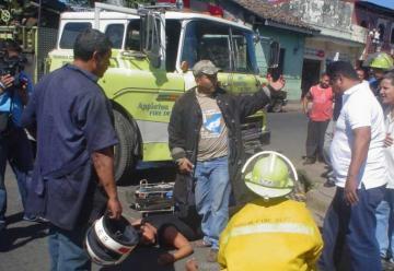 Matrimonio choca contra camión de bomberos