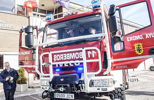 El Parque de Bomberos de Palencia reciben un nuevo camión para incendios forestales