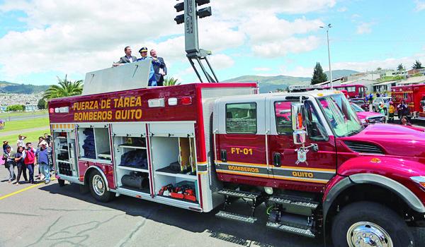 Cuerpo de Bomberos de Quito recibió vehículos y nuevos trajes