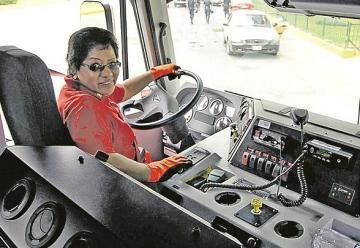Juana Sánchez es la única bombera que conduce una autobomba