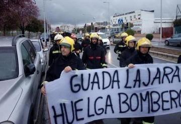 Los bomberos de Guadalajara echan a andar para llevar sus reivindicaciones al Congreso