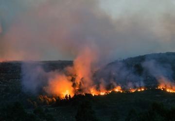Bomberos combaten un incendio forestal en Sierra de los Padres