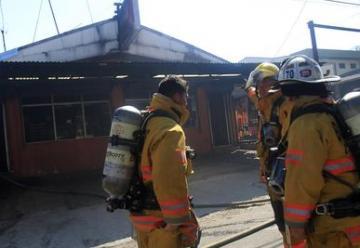 Bombero lesionado en incendio en panadería