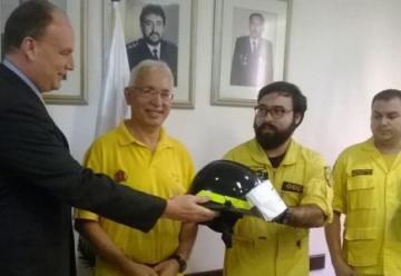 Donan equipos a bomberos voluntarios