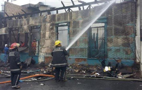 Voraz incendio en locales de San Salvador