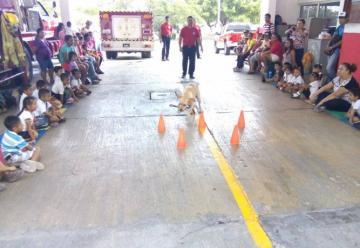 Sorprenden a niños las actividades de los bomberos