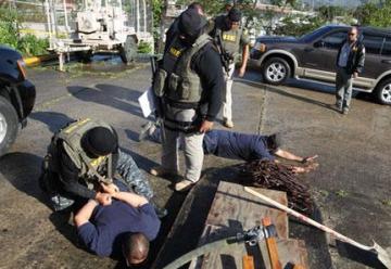 Arrestan bomberos por contrabando de drogas en cárceles
