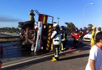Carro de Bomberos se volcó cuando se dirigía a un incendio